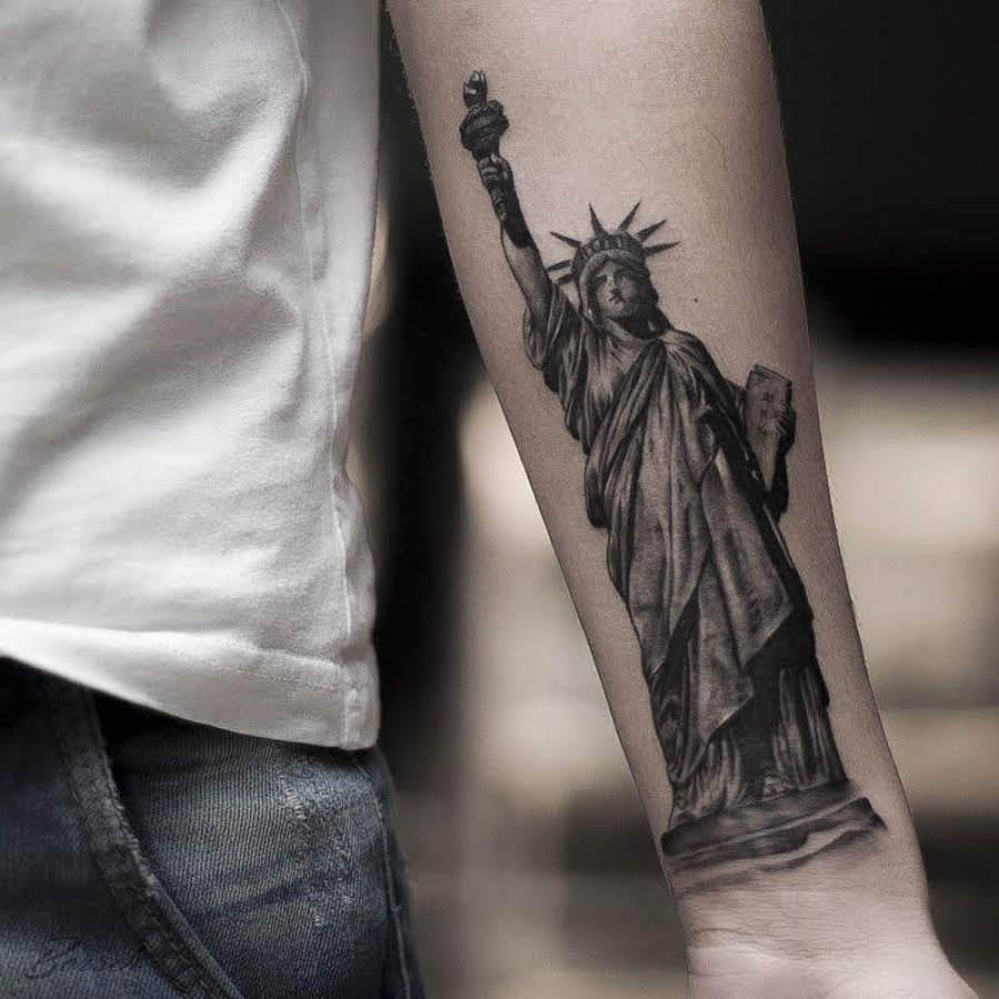 Tattoo Unterarm Drache mit Kompass