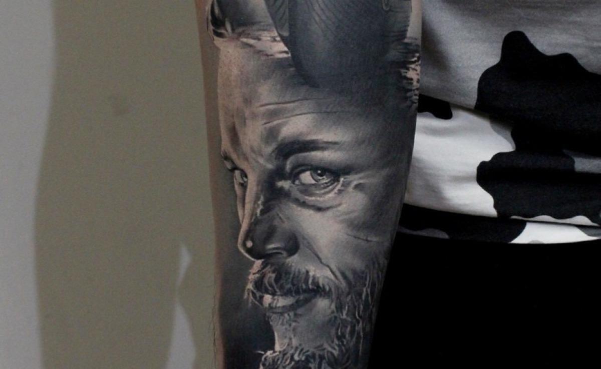 Mann tattoowiert Rücken