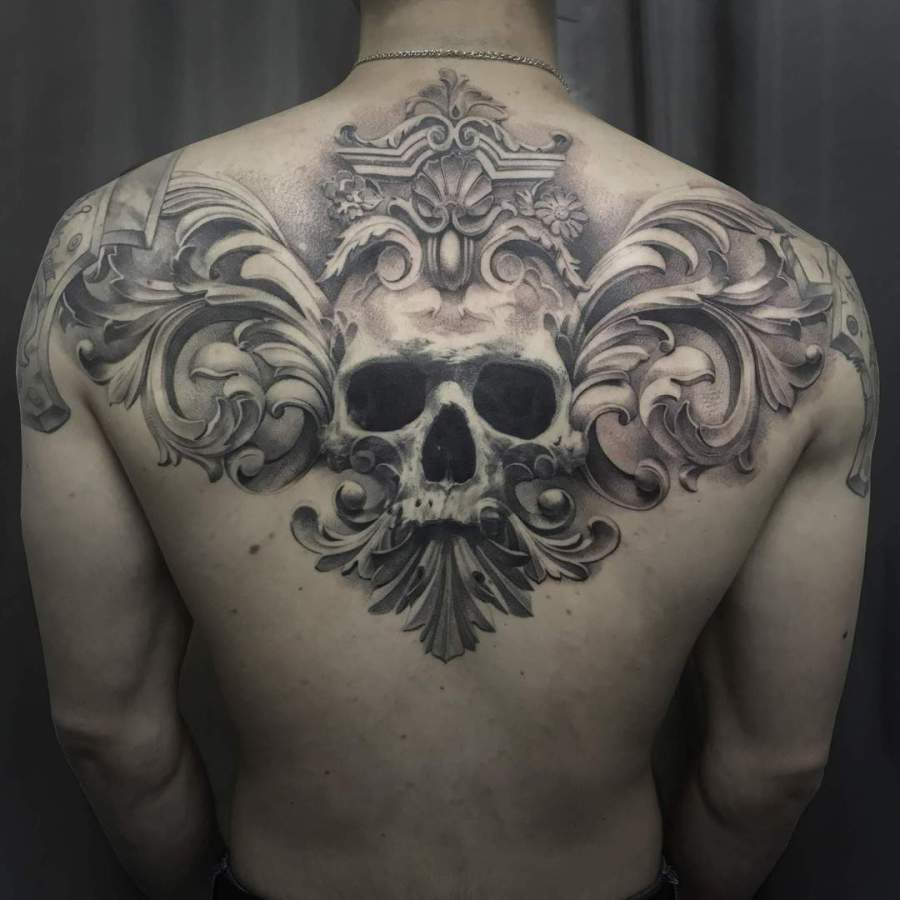 Tattoo Unterarm Kompass mit Feder