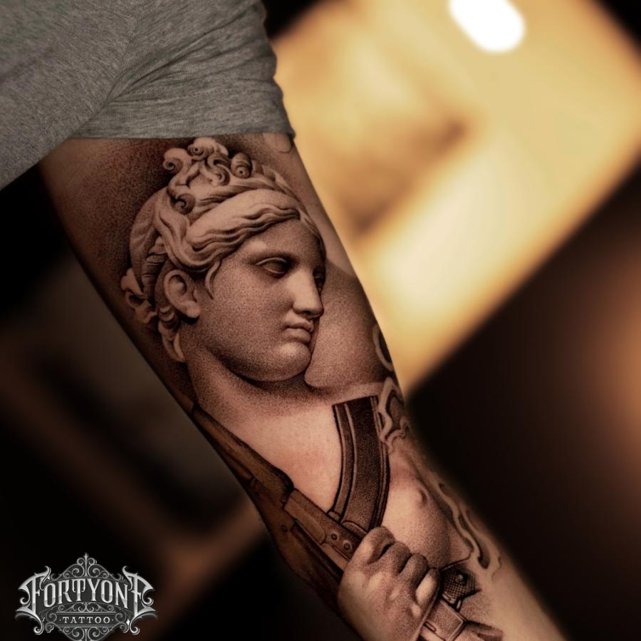 Tattoo Oberarm Löwenkopf mit Rose
