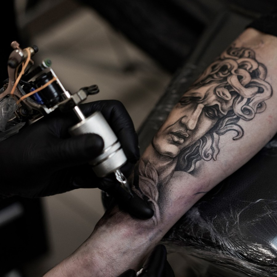 Tattoo Oberarm Frauenportrait