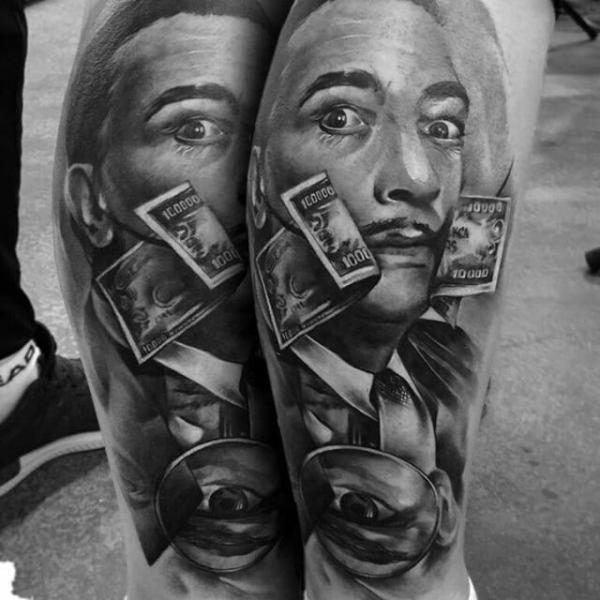 Oberarm Tattoo Frau mit Zigarette